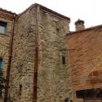 La tour de l'escalier et la façade du garage en cayrous