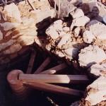 L'escalier en construction, pierres et mortier de terre, âme terre cuite, marches chêne, paillasse en plâtre