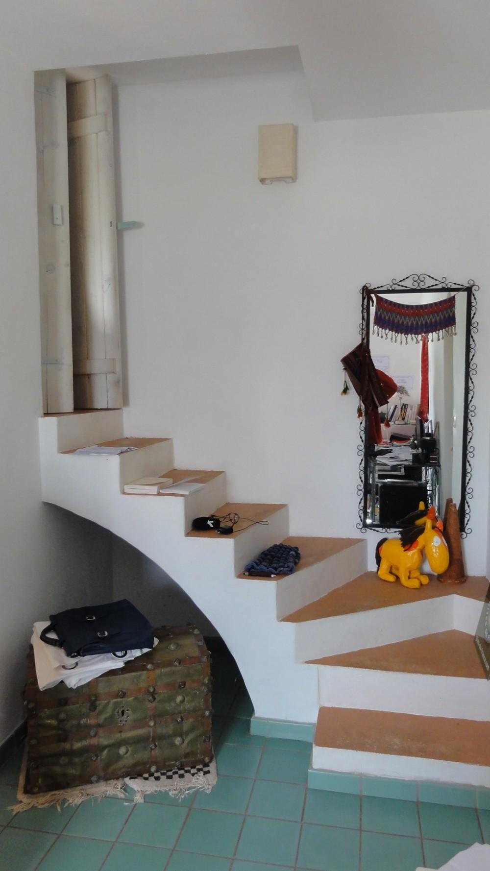 Le pied de l'escalier du bureau