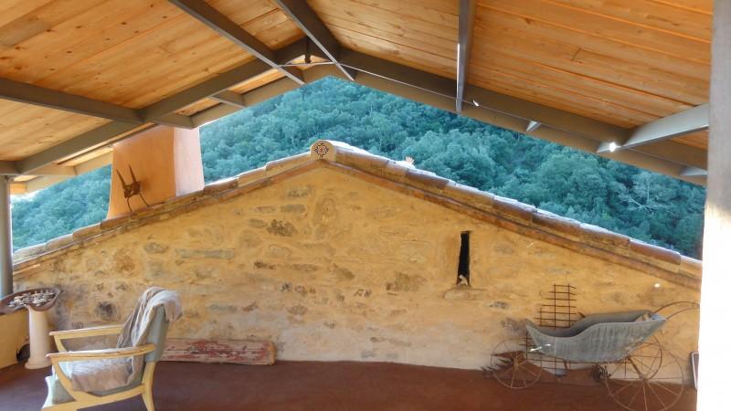 La façade ouest de la chambre parentale avec sa meurtrière. La montagne entre les deux toitures !