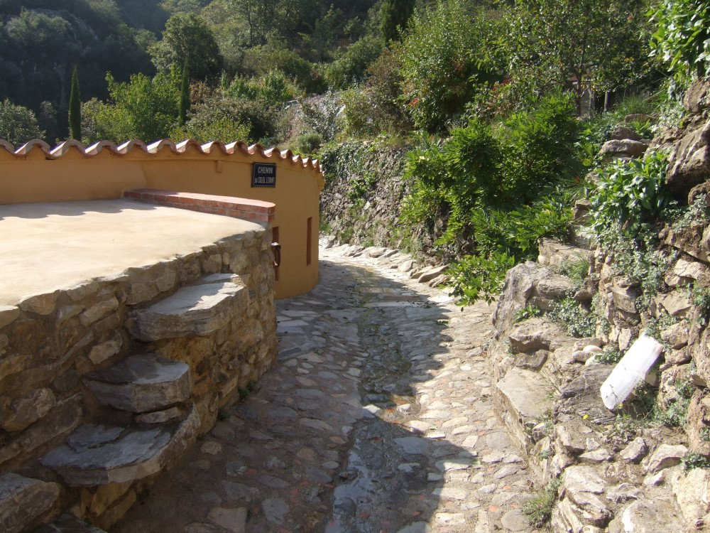 Le chemin pavé vers le pont. A gauche marches vers le toit de l'arriàre-cuisine