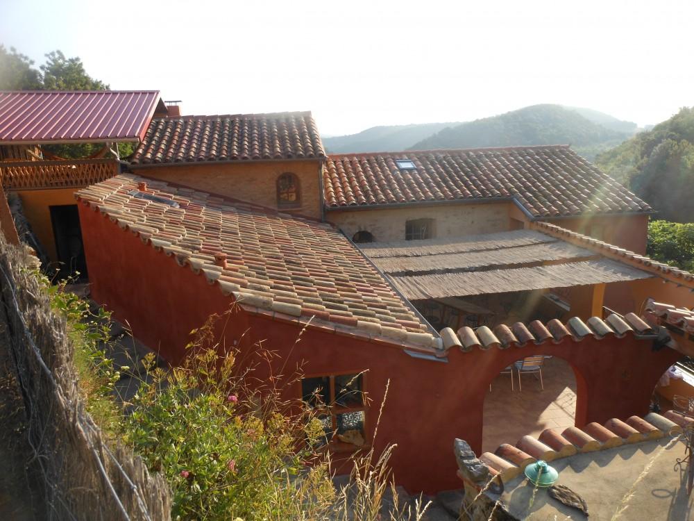 L'étagement des toitures d'une maison bâtie sur le rocher
