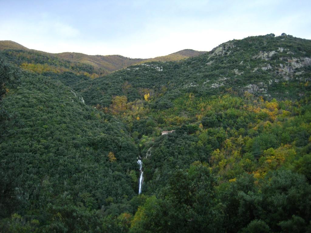 La grande cascade après la pluie d'automne. Un peu plus haut à droite, le mas. et derrière la montagne, l'Espagne !