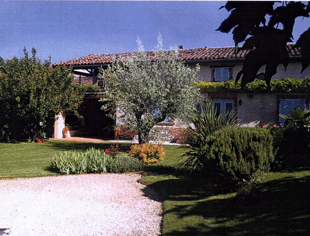 Le jardin cinq ans après. A gauche, les deux terrasses couvertes superposées. Tuiles canal récupérées au couvrant, neuves au courant