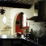 La cuisine, porte d'entrée récupérée, plan de travail et crédance en carreaux émaillés