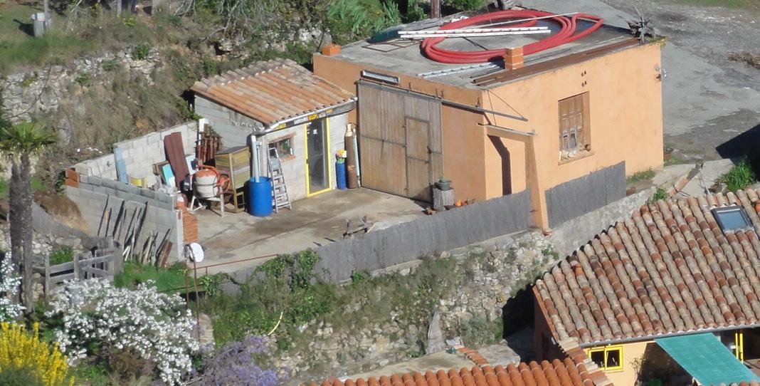 L'atelier, son bureau et sa terrasse. Prochain chantier ! N'oublions pas que le mas s'est construit petit à petit
