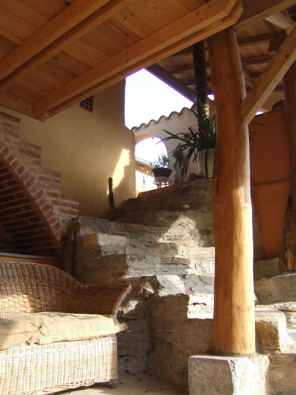 Du préau vers le niveau principal, à gauche marches sur voûte en briques vers la mezzanine