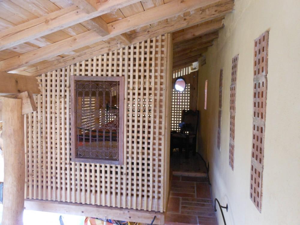 La mezzanine. A droite les finestrous d'aération de l'arrière-cuisine