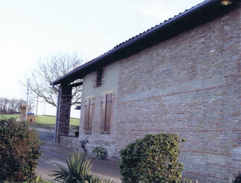 Mur en briques et galets après restauration