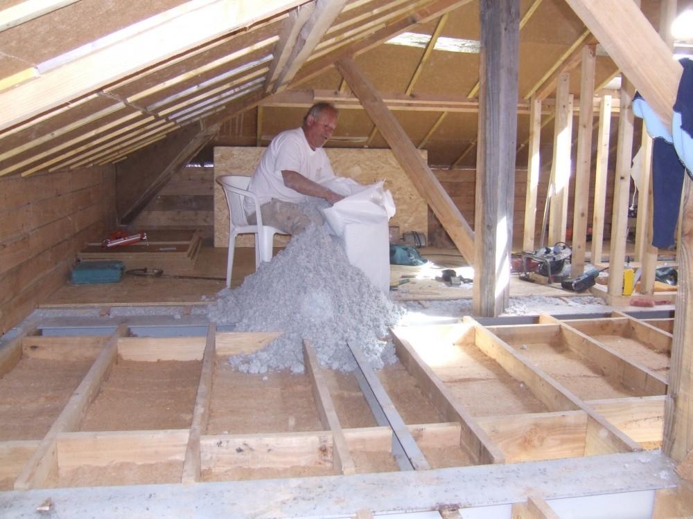 Isolation en panneaux de fibre de bois et ouate de cellulose en vrac