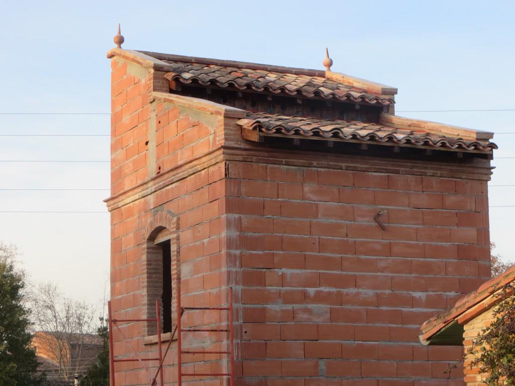Pigeonnier en auto-construction avant enduits et carreaux anti-rongeurs. Bandeau, encadrement et dessus de mur en briques foraines de récupération.
